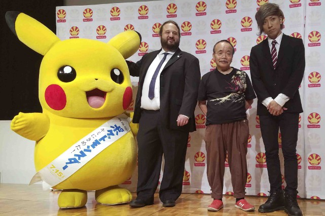 Pikachu est accompagné du cofondateur de Japan Expo,... (AFP, Karyn Nishimura-Poupee)