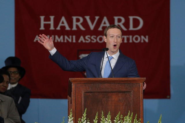 En recevant son diplôme, Mark Zuckerberg a prononcé un... (PHOTO REUTERS)