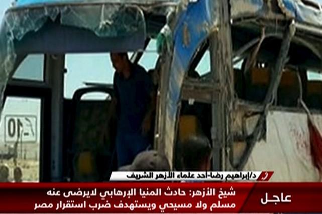 Une image de l'autocar ciblée par l'attaque captée... (AFP)