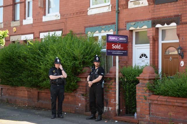 Des policiers devant une maison de l'avenue Dorset... (PHOTO AFP)