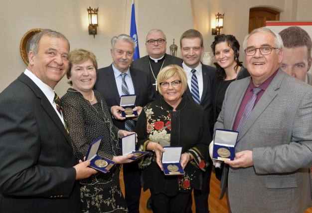 Le ministre Luc Fortin a remis une Médaille... (Spectre Média, Maxime Picard)
