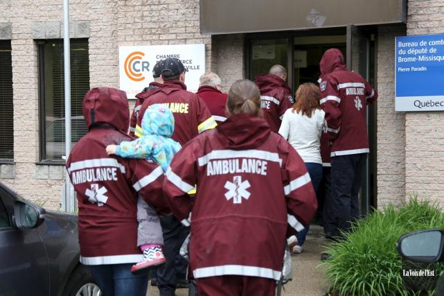 Plusieurs paramédicaux ont rencontré Louisette Hébert, attachée de... (Christophe Boisseau-Dion, La Voix de l'Est)