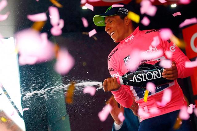 Nairo Quintana a conservéson maillot rose de meneur... (PHOTO Luk BENIES, AGENCE FRANCE-PRESSE)