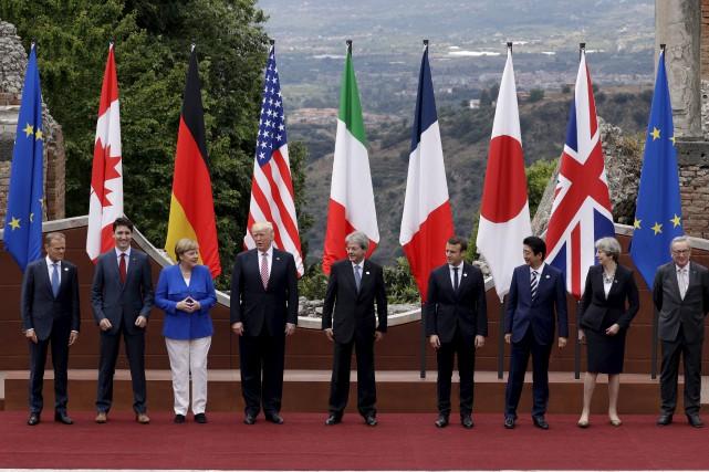 Les dirigeants du G7 entourés du président du... (AP, Andrew Medichini)