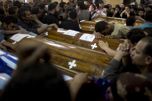 L'attentat perpétré vendredi contre un autobus qui transportait... (AP, Amr Nabil)