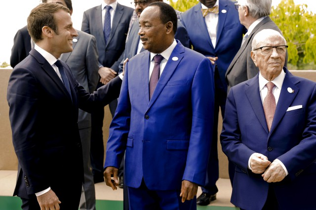 Le président du Niger, Mahamadou Issoufou, qui discute... (AP, Andrew Medichini)