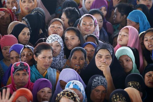 Des dizaines de déplacés attendent pour recevoir de... (Photo Bullit Marquez, Associated Press)