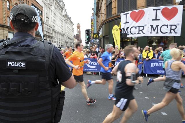 Les habitants de Manchester se sont massés le... (AP)