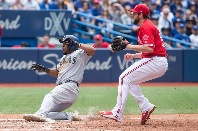 Elvis Andrus marque un point sous les yeux... (PHOTO CHRIS YOUNG, LA PRESSE CANADIENNE)