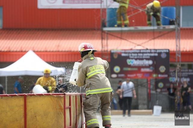 La compétition amicale et vintage de pompiers à... (Julie Catudal, La Voix de l'Est)