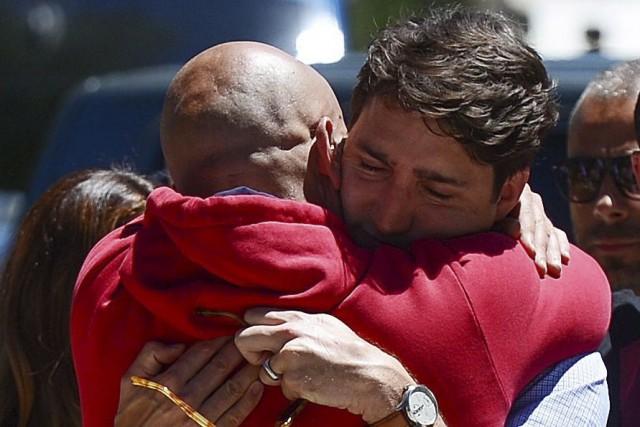 Justin Trudeau fait l'accolade au maire d'Amatrice, Sergio... (La Presse Canadienne, Sean Kilpatrick)