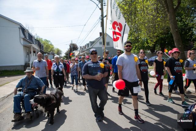 Une centaine de personnes ont pris part dimanche... (Olivier Croteau, Le Nouvelliste)
