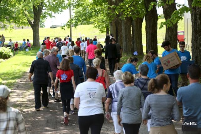 La Marche pour l'Azheimer a réuni 215 personnes... (Julie Catudal, La Voix de l'Est)