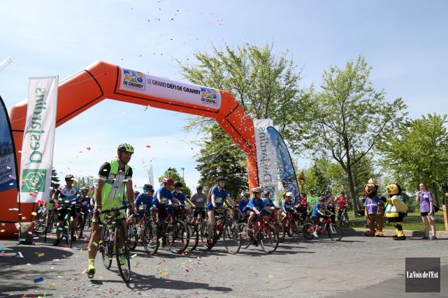 Environ 400 cyclistes ont pris part au tour... (Julie Catudal, La Voix de l'Est)