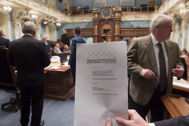 Des copies du projet de loi 142 ont... (La Presse Canadienne, Jacques Boissinot)