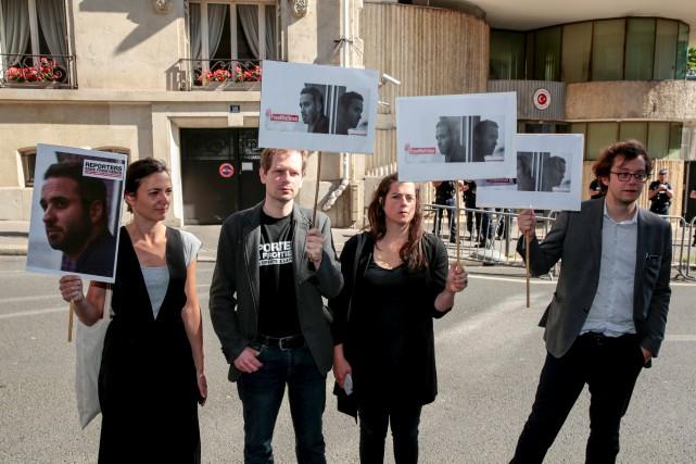 Des manifestants réclamant la libération du journaliste Mathias... (AFP, Geoffroy Van Der Hasselt)
