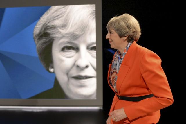 La Première ministreTheresa Maya été poussée dans ses... (AFP, Stefan Rousseau)