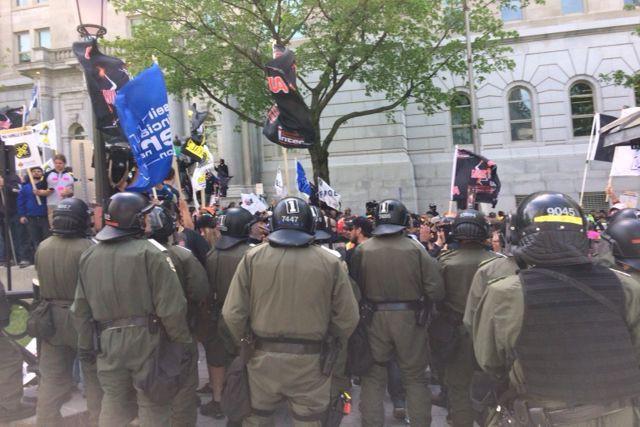 Plusieurs manifestants agglutinés à l'arrière de l'Assemblée nationale... (Le Soleil, Baptiste Ricard-Châtelain)