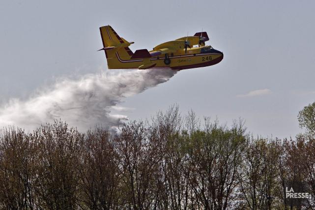 L'avion-citerne de la SOPFEU a fait deux largages... (La Presse photo Patrick Sanfacon)