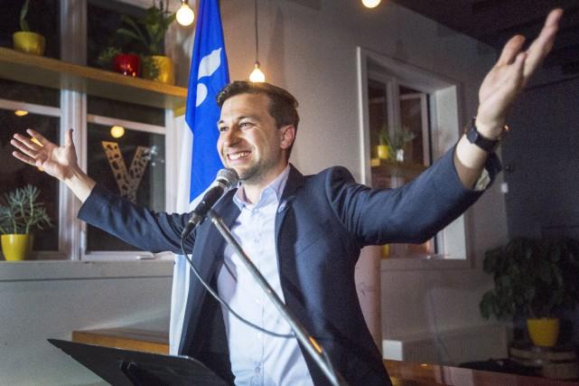 Gabriel Nadeau-Dubois célèbre sa victoire dans la circonscription... (La Presse canadienne, Ryan Remiorz)