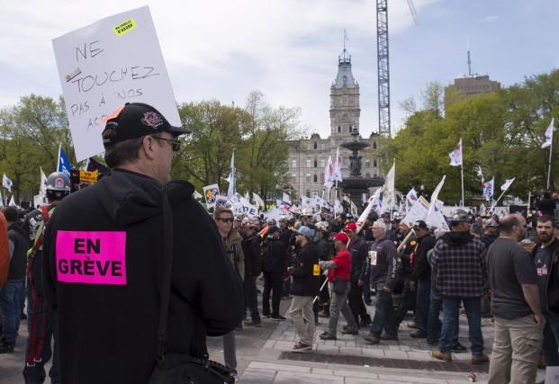 Des milliers de travailleurs de la construction ont... (La Presse Canadienne, Jacques Boissinot)
