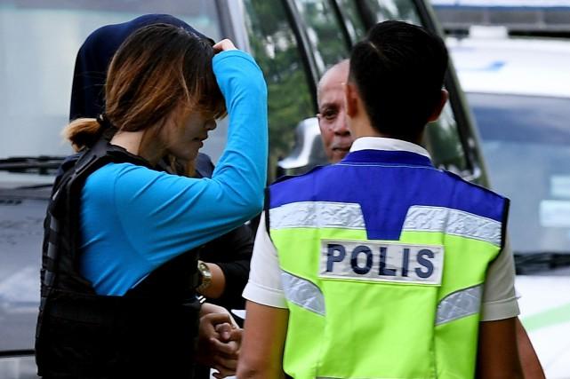 Thi Huong (à gauche) est escorté par la... (Photo Manan Vatsyayana, Agence France-Presse)
