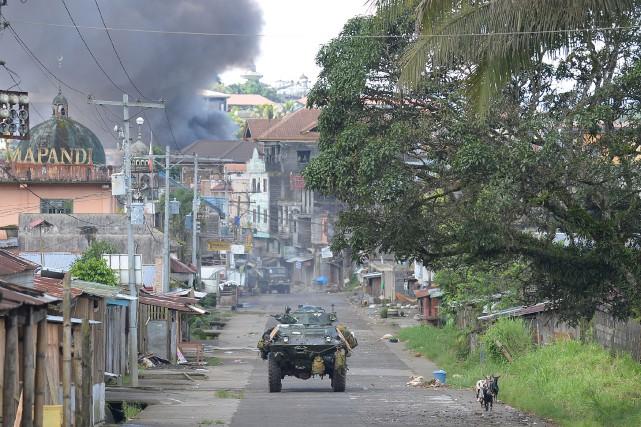 Un convoi militaire dans une rue de Marawi,... (Photo Ted Aljibe, Agence France-Presse)