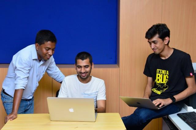 Anand Prakash (au centre sur la photo), Shashank... (PHOTO Manjunath KIRAN, AFP)