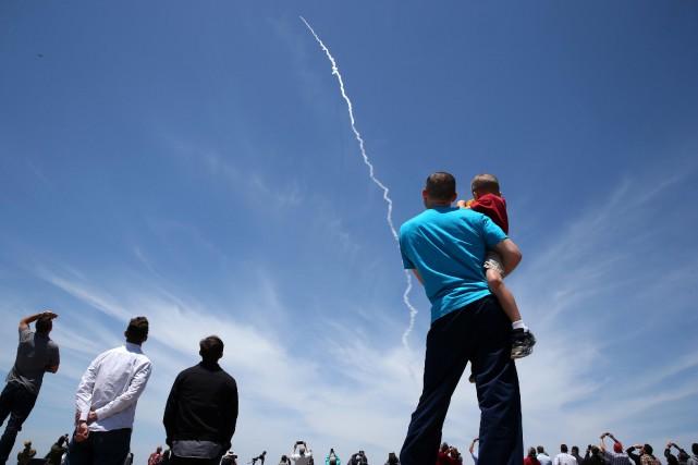 Des curieux ont observé l'exercice militaire près de... (PHOTO REUTERS)