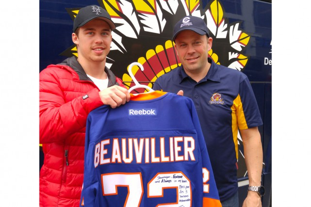 Anthony Beauvillier a remis un chandail des Islanders... (Courtoisie)