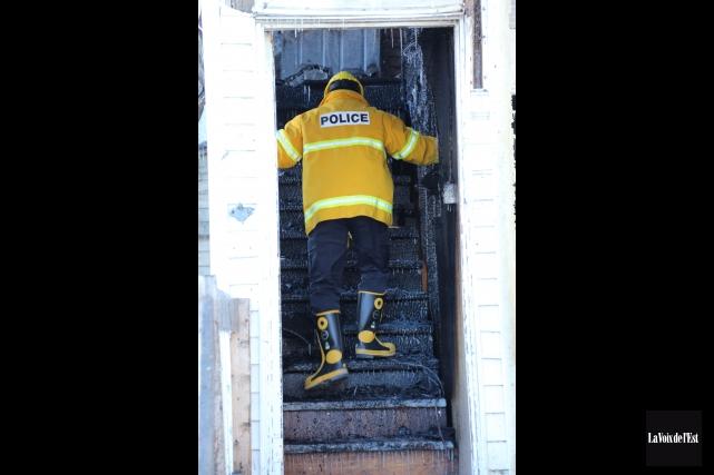 Un incendie considéré suspect a détruit une maison inhabitée située sur la rue... (archives La Voix de l'Est)