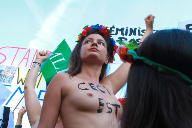 Une Femen manifeste à l'extérieur du palais de... (Photo Agence France-Presse/Stringer)