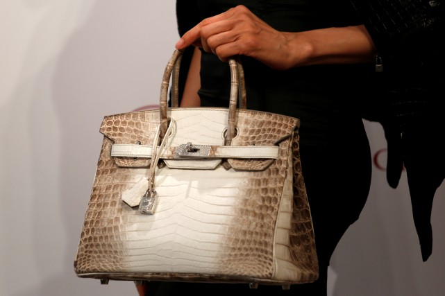 Un sac à main Hermès de type Birkin, en peau de crocodile incrustée de... (PHOTO REUTERS)