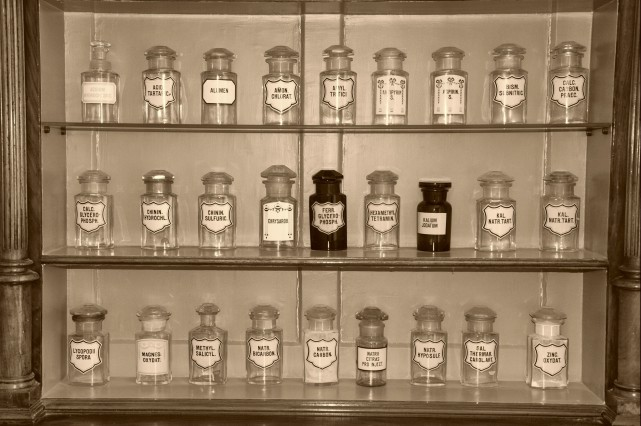 Les anciennes bouteilles utilisées par les apothiciares... (123rf/pschenichka)