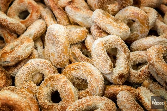 Ce qui fait la renommée des bagels montréalais,... (PHOTO MARCO CAMPANOZZI, LA PRESSE)