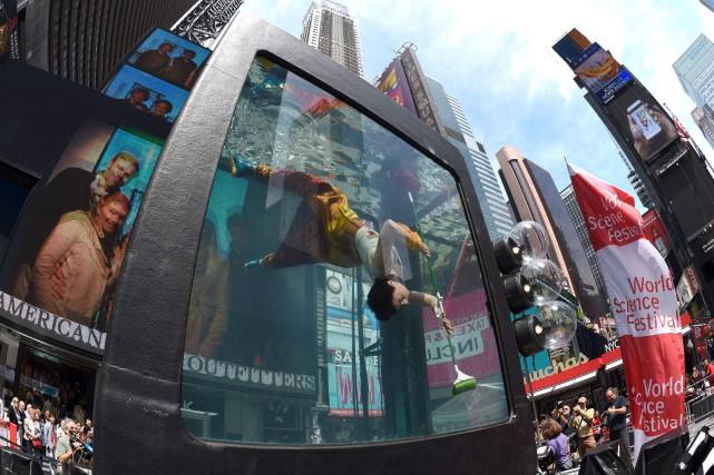 L'artiste Annie Saunders s'est produite à Times Square... (AFP, Timothy A. Clary)