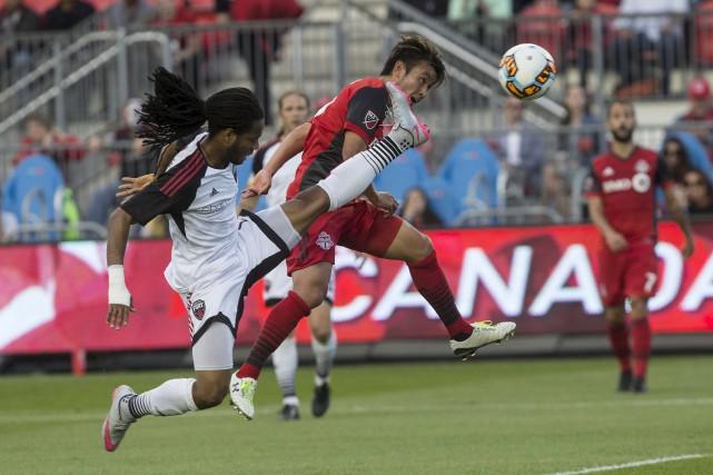 Tsubasa Endoh du Toronto FC passe devant Andrae... (La Presse canadienne)