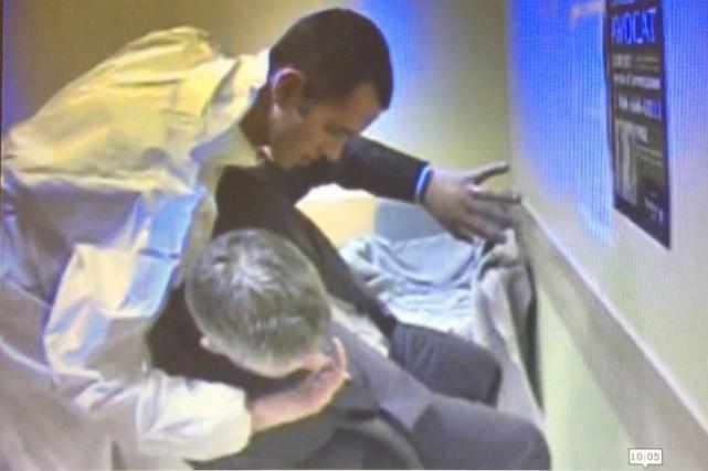 Pendant l'interrogatoire, Jean-François Roy s'est placé derrière l'enquêteur... (Image tirée de l'interrogatoire)