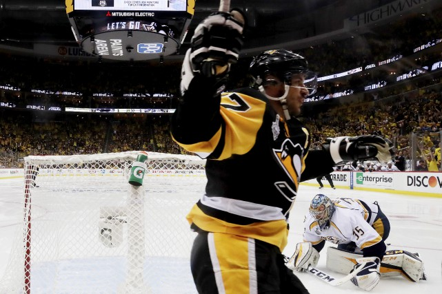 Sidney Crosby célèbre le but de son coéquipier... (AFP, Bruce Bennett)