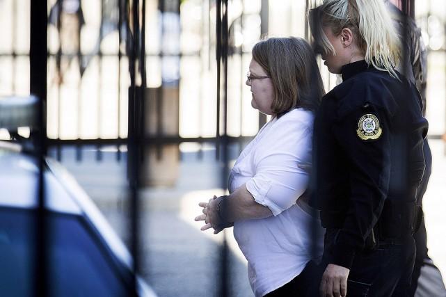 Elizabeth Wettlaufer, escortée par une policière vers le... (Peter Power, PC)