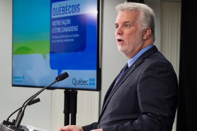 Philippe Couillard a présenté jeudi le document de... (Jacques Boissinot, La Presse canadienne)