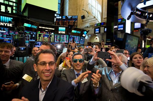 Un homme (au centre) portait des lunettes de... (Photo Michael Nagle, archives Bloomberg)