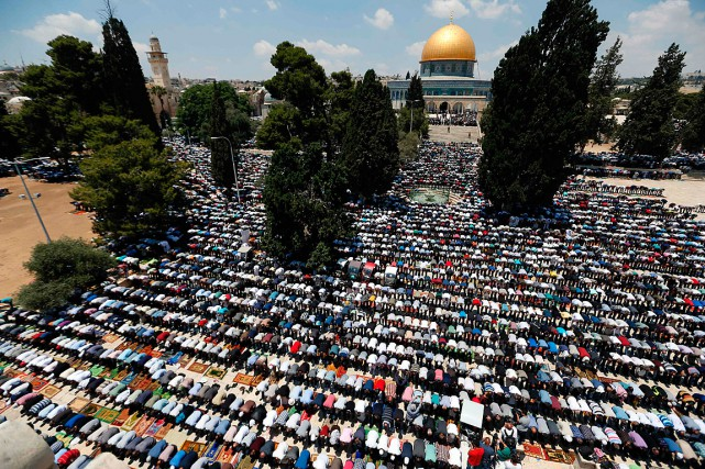 De nombreux musulmans palestiniens ont prié sur l'esplanade... (PHOTO AHMAD GHARABLI, AGENCE FRANCE-PRESSE)