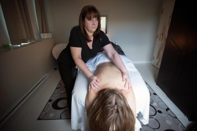 Kim Holdbrook, propriétaire du studio de massage Mains... (PHOTO OLIVIER JEAN, LA PRESSE)