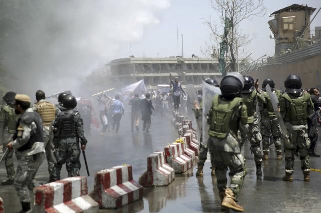 Des centaines de manifestants ont tenté de marcher... (AP, Massoud Hossaini)
