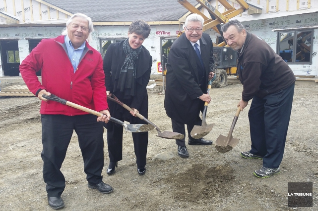 Le maire de Coaticook, Bertrand Lamoureux, l'honorable Marie-Claude... (La tribune, Tommy Brochu)