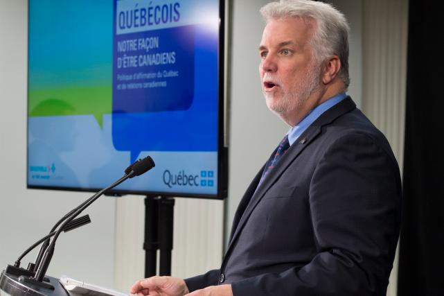 Philippe Couillard a présenté jeudi le document de... (La Presse canadienne, Jacques Boissinot)