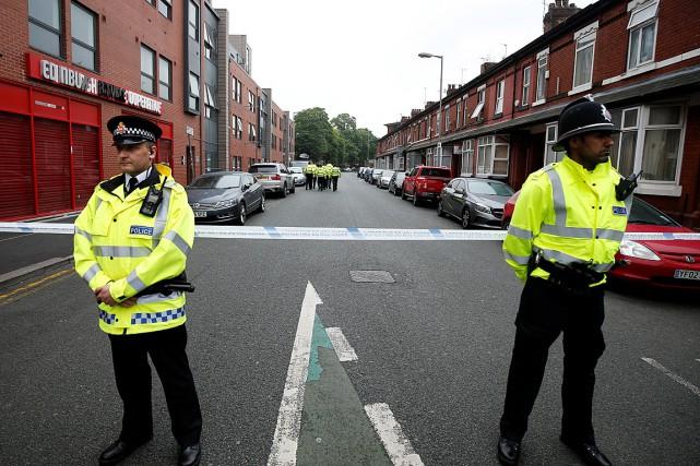 Deux policiers montent la garde devant une zone... (Photo Andrew Yates, REUTERS)