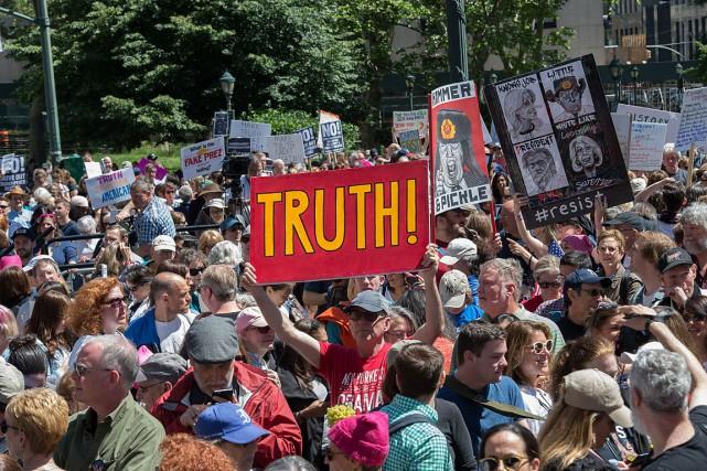Quelque 3000personnes hostiles au président Trump se sont... (Photo Bryan R. Smith, AGENCE FRANCE-PRESSE)