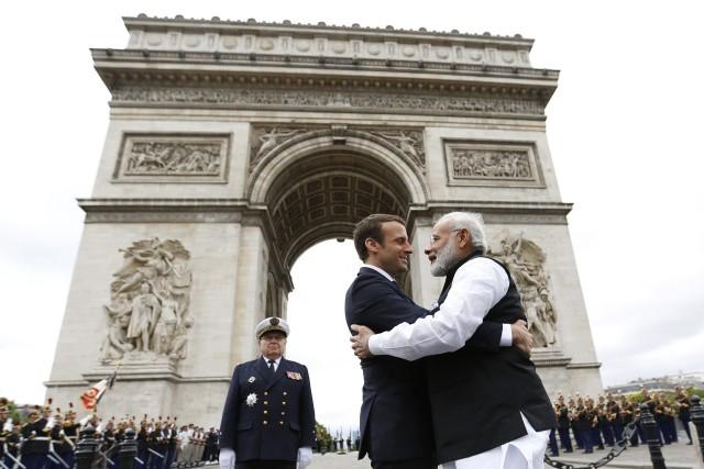 Le président français Emmanuel Macron et son homologue... (PHOTO Charles Platiau, AP)